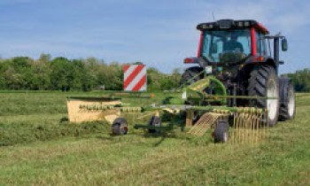 CroppedImage350210-Krone-single-rotor-rake.jpg